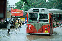 INDIA, Mumbai, Bombay, heavy monsoon rains flood the streets / INDIEN, Mumbai, schwere Monsun Regen ueberfluten die Strassen