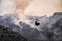 Tepoztlán, Morelos. 7 de abril de 2016.- El incendio forestal que desde el martes pasado ha consumido más de 50 hectáreas del parque nacional Tepozteco, fue controlado en un 70%, con la ayuda de brigadistas y helicópteros provenientes de la Ciudad de México y el Estado de México, así como personal de Protección Civil estatal y  del Ejército Mexicano. Se ha confirmado con el incendio fue provocado por una quema agrícola que se salió de control. Foto: Noé Knapp.