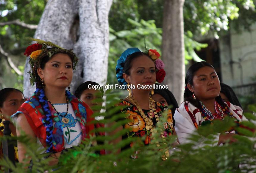 Oaxaca de Juarez. 18 de Julio de 2014.- Presidir todas las actividades durante las festividades la &ldquo;Guelaguetza&rdquo;, as&iacute; como difundir la identidad y el arraigo de las costumbres y tradiciones de su comunidad, son tan solo algunos de los galardones que las 33 jovencitas originarias de diversas poblaciones de las 8 regiones de Oaxaca desean, para lo cual deben ser dignas representantes del t&iacute;tulo &ldquo;Diosa Cent&eacute;otl 2014&rdquo; en el certamen con el mismo nombre.<br /> <br />  <br /> <br /> Dicho concurso se divide en dos etapas, siendo la primera de ellas donde el jurado calificador observa la forma en que las jovencitas promueven la riqueza cultural y &eacute;tnica que poseen sus comunidades, as&iacute; mismo examinan el manejo de su lengua natal y espa&ntilde;ol, lo anterior a objetivo de ir eliminando y seleccionar a las m&aacute;s destacadas, las cuales pasan a la segunda fase.<br /> <br />  <br /> <br /> Y es que a pesar que a&uacute;n no se define quien ser&aacute; la honrosa portadora del t&iacute;tulo &ldquo;Diosa Cent&eacute;otl 2014&rdquo;, misma que acompa&ntilde;ara al gobernador del estado Gabino Cu&eacute; Monteagudo a todas las actividades en el marco de las festividades del &ldquo;Lunes del Cerro&rdquo;, las 33 j&oacute;venes que est&aacute;n concursando hasta el momento se han desempe&ntilde;ado gratamente, por lo que la competencia se vislumbra complicada para el jurado calificador.<br /> <br />  <br /> <br /> Cabe destacar que los requisitos que deben cubrir cada una de las participantes son: ser solteras, tener entre 16 y 22 a&ntilde;os, radicar en su comunidad de origen, ser dignas representantes de su etnia, practicar las tradiciones y costumbres, adem&aacute;s de portar la indumentaria aut&eacute;ntica de su comunidad.<br /> <br /> <br /> Foto: Patricia Castellanos / Obture.