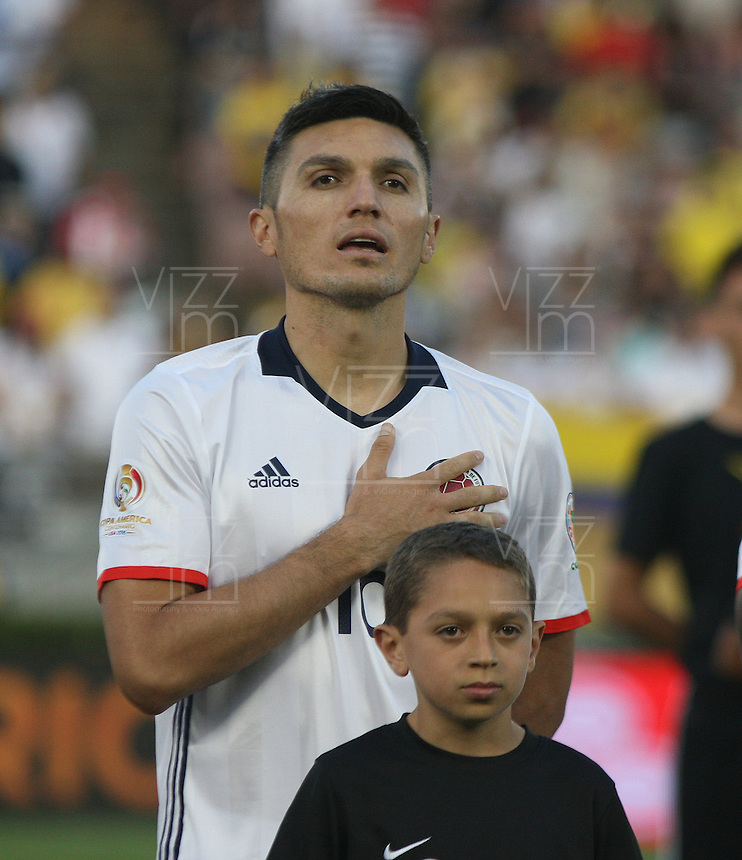 PASADENA - UNITED STATES, 07-06-2016: Daniel Torres jugador de Colombia (COL) durante los actos protocolarios previo al encuentro del grupo A, fecha 2, con Paraguay (PAR) por la Copa América Centenario USA 2016 jugado en el estadio Rose Bowl en Pasadena, California, USA. /  Daniel Torres player of Colombia (COL) during the formal events prior a match of the group A date 2 against Paraguay (PAR)  for the Copa América Centenario USA 2016 played at Rose Bowl stadium in Pasadena, California, USA. Photo: VizzorImage/ Luis Alvarez /Str
