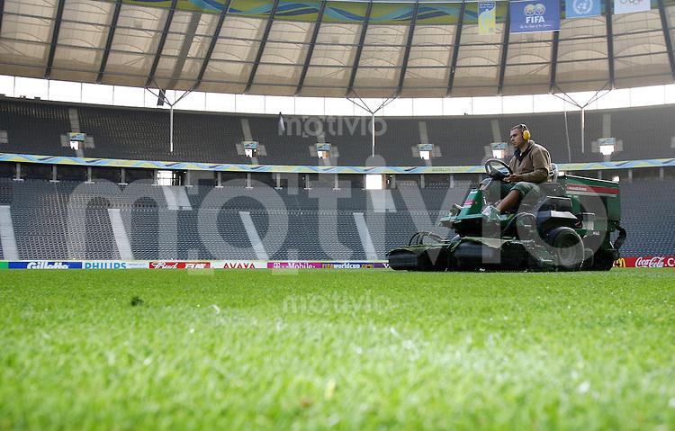 Fussball WM 2006       Finale       Italien - Frankreich Um 6 Uhr wird im Berliner Olympiastadion der Rasen gemaeht.