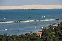 Europe/France/Aquitaine/Gironde/Bassin d'Arcachon/Cap Ferret: depuis le sommet du phare vue sur le village des pécheurs, le bassin et la dune du Pilat