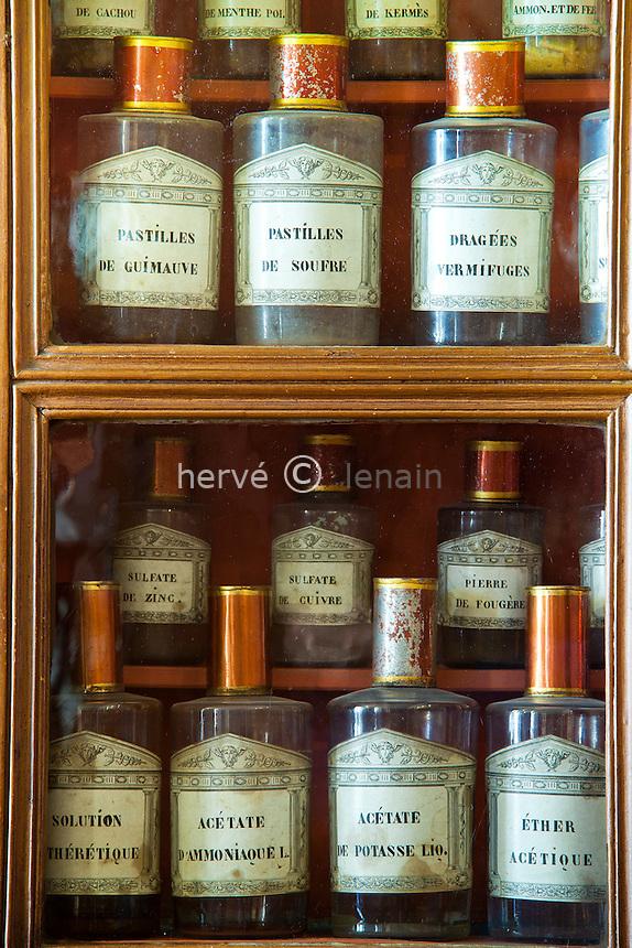 France, Côte-d'Or (21), Beaune, Hospices de Beaune, Hôtel-Dieu, flacons en verre dans la pharmacie ou apothicairie (utilisation presse et édition livre uniquement avec mention obligatoire Hospices de Beaune) // France, Cote d'Or, Hospices de Beaune, Hotel Dieu, glass bottles in the pharmacy or apothecary (Obligatory mention of Hospices de Beaune. Only use for press and books, other use require the prior agrees of the owner.