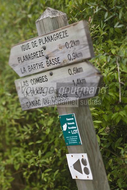 Europe/France/Midi-Pyrénées/46/Lot/Fontanes-du-Causse: Panneau desentier de randonnée dans la Forêt de la Braunhie