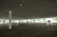 ATENCAO EDITOR: FOTO EMBARGADA PARA VEICULOS INTERNACIONAIS. SAO PAULO, SP, 14 DE DEZEMBRO DE 2012 - Pessoas praticam esporte na Marquise do Ibirapuera, reaberta  na manha desta sexta feira, 14, regiao sul da capital. FOTO: ALEXANDRE MOREIRA - BRAZIL PHOTO PRESS.