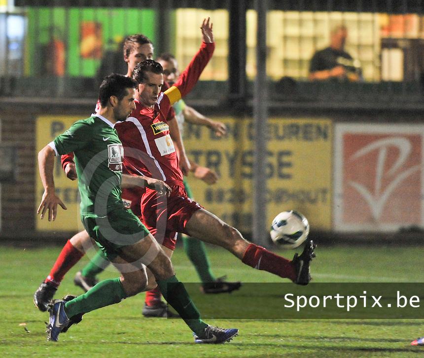Torhout KM - KV Turnhout : Gunther Loyens haalt de bal weg voor Bart Vlaeminck.foto VDB / BART VANDENBROUCKE