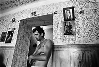 - Villaggio albanese, Queparo (Cepar&ograve;, agosto 1993); uomo in casa<br /> <br /> -  Albanian  Village, Queparo (Cepar&ograve;, August 1993); man at home