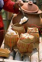 """Asie/Thaïlande/Env de Chiang Mai : Réception à la """"Mae Sa Valley Resort"""" - On remplit les paniers de riz gluant"""