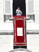 "Papa Francesco benedice i fedeli durante la preghiera del ""Regina Coeli"" dalla finestra del Palazzo Apostolico affacciata su piazza San Pietro, Città del Vaticano, 17 aprile 2017.<br /> Pope Francis blesses as he leads the Regina Coeli prayer from the window of the apostolic palace overlooking St Peter's square at the Vatican, on April 17 2017.<br /> UPDATE IMAGES PRESS/Isabella Bonotto<br /> <br /> STRICTLY ONLY FOR EDITORIAL USE"