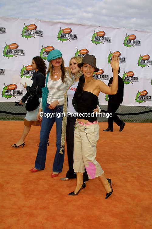 ©2003 KATHY HUTCHINS / HUTCHINS PHOTO.2003 NICKELODEON KID'S CHOICE AWARDS.SANTA MONICA, CA.APRIL 12, 2003..CAMERON DIAZ.DREW BARRYMORE.LUCY LIU