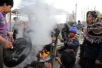 CHINA, province Xinjiang, market day in uighur village Jin Erek near city Kashgar where uyghur people are living / CHINA Provinz Xinjiang , Markttag in Jin Erek einem uigurischen Dorf bei Stadt Kashgar, hier lebt das Turkvolk der Uiguren , die sich zum Islam bekennen, Garkueche