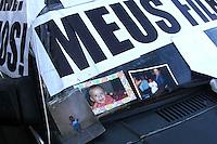 CURITIBA, PR, 11.08.2014 - ATO POR JUSTIÇA / CURITIBA -  Mãe acusada de inventar doenças nos filhos realiza protesto em frente ao Tribunal nesta segunda-feira (11), o prosto é para reaver a guarda das crianças. A mãe promete ficar acampada em frente ao Tribunal de Justiça do Paraná, no bairro Centro Civico e só pretende sair quando os três filhos voltarem para casa. Os filhos foram encaminhados a abrigos pela justiça com alegação judicial que a mãe sofre de sidrome de Münchausen, que a leva a criar doenças nas crianças, aplicando remédios sem prescriação médica.  (Foto: Paulo Lisboa / Brazil Photo Press)
