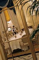 """Europe/France/75/Paris: Hotel """"Meurice """" 228 rue de Rivoli - Salon """"Pompadour"""" du restaurant style Louis XVI le personnel dresse la salle"""