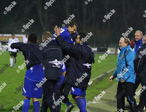 2010-11-20 / voetbal / KV Turnhout - KSV Roeselare / Lamloun Hamada viert feest met de Turnhoutse bank na zijn doelpunt.