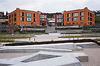San Giuliano di Puglia: la nuova scuola di San Giuliano. E' talmente grande che non ci sono alunni a sufficienza per riempirla. Infatti metà edificio è stato affittato ad un call center