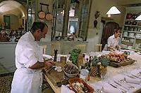 France/84 Vaucluse/Avignon: Table d'Hote de la Mirande dans la cuisine médiévale d'un ancien palais de Cardinal Jean Claude Altmayer prépare le repas pendant qu'Aurore dresse la table