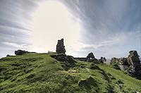 Duntlum Castle nahe der Ortschaft Kilmuir auf der Insel Skye.<br /> 22.5.2015, Skye, Highlands/Schottland<br /> HDR-Bild!<br /> Copyright: Christian-Ditsch.de<br /> [Inhaltsveraendernde Manipulation des Fotos nur nach ausdruecklicher Genehmigung des Fotografen. Vereinbarungen ueber Abtretung von Persoenlichkeitsrechten/Model Release der abgebildeten Person/Personen liegen nicht vor. NO MODEL RELEASE! Nur fuer Redaktionelle Zwecke. Don't publish without copyright Christian-Ditsch.de, Veroeffentlichung nur mit Fotografennennung, sowie gegen Honorar, MwSt. und Beleg. Konto: I N G - D i B a, IBAN DE58500105175400192269, BIC INGDDEFFXXX, Kontakt: post@christian-ditsch.de<br /> Bei der Bearbeitung der Dateiinformationen darf die Urheberkennzeichnung in den EXIF- und  IPTC-Daten nicht entfernt werden, diese sind in digitalen Medien nach &sect;95c UrhG rechtlich geschuetzt. Der Urhebervermerk wird gemaess &sect;13 UrhG verlangt.]
