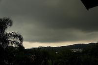 SAO PAULO, SP, 12.03.2014 -  CLIMA TEMPO- NUVENS CARREGADAS NA ZONA NORTE SE SAO PAULO - Nuvens carregadas sao vistas na Serra da Cantareira, na tarde desta quarta-feira, 12, na regiao norte da cidade de Sao Paulo . (Foto: Andre Hanni /Brazil Photo Press).