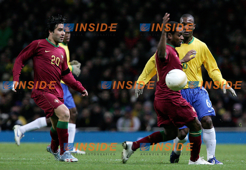 Brazil's Gilberto da Silva against Portugal's Deco and Miguel Brito during a friendly match at Emirates Stadium in London, Tuesday February 06, 2007. (INSIDE/ALTERPHOTOS/Alvaro Hernandez).