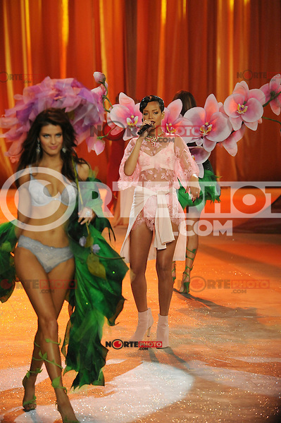 NON EXCLUSIVE PICTURE: MATRIXPICTURES.CO.UK.PLEASE CREDIT ALL USES..UK RIGHTS ONLY..Barbadian R&B pop singer Rihanna is pictured performing a concert on the runway with Brazilian model Isabeli Fontana, during the 2012 Victoria's Secret lingerie fashion show, held at New York's Lexington Avenue Armory. ..NOVEMBER 7th 2012..REF: GLK 125134 /NortePhoto