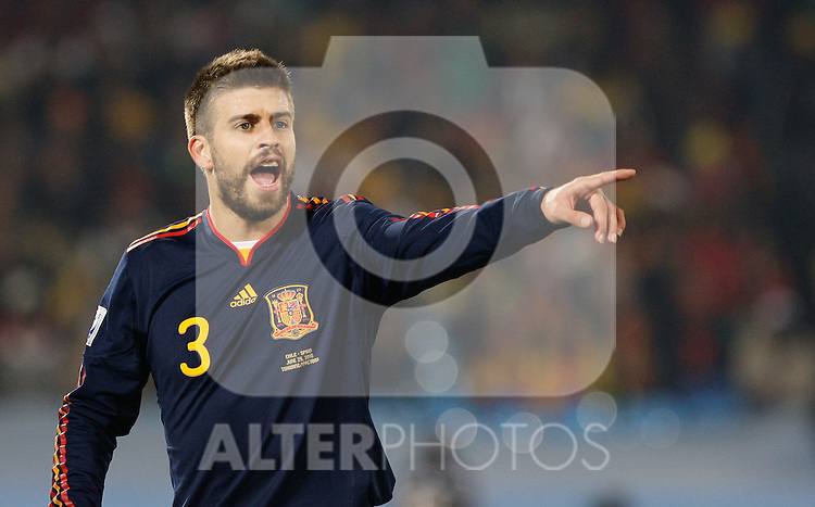 25.06.2010, Loftus Versfeld Stadium, Tshwane Pretoria, RSA, FIFA WM 2010, Chile (CHI) vs Spain (ESP)., im  Bild Gerard Pique of Spain points and shouts instructions. EXPA Pictures © 2010, PhotoCredit: EXPA/ IPS/ Marc Atkins