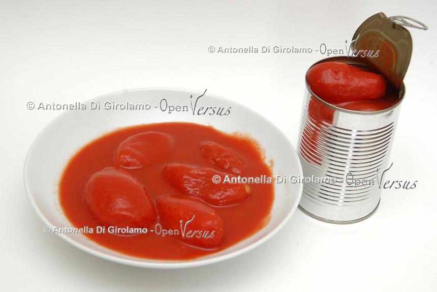 Cibi e bevande. Food and beverages..Pomodori pelati in barattolo di alluminio..Peeled tomatoes tin of aluminum....