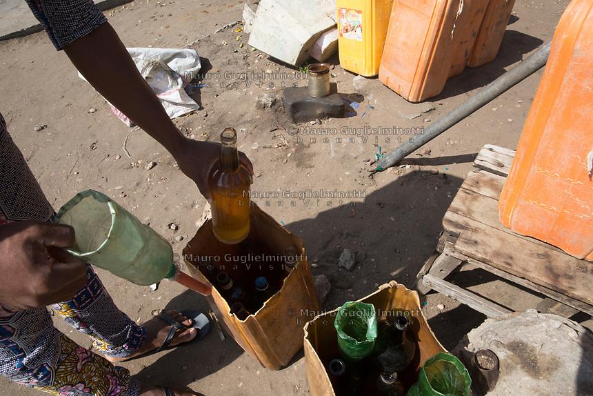 Vendita di benzina di contrabbando - Smiggling Oil shop Traffico illegale benzina dalla Nigeria al Benin