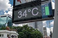 SAO PAULO, SP, 09.12.2013 - CLIMA TEMPO - Paulistano vive tarde quente e ensolarada, na Avenida Paulista, região central da capital, nesta segunda feira, 09. A máxima para hoje é de 34 graus. (Foto: Alexandre Moreira / Brazil Photo Press)