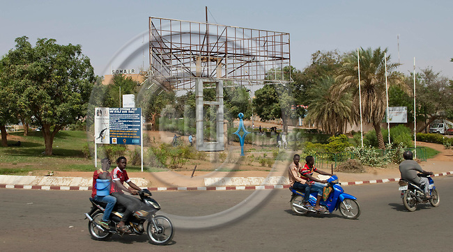Niamey - Niger, March 30, 2012 -- Roundabout with motorbikes; transport, traffic, infrastructure -- Photo: Horst Wagner / eup-images