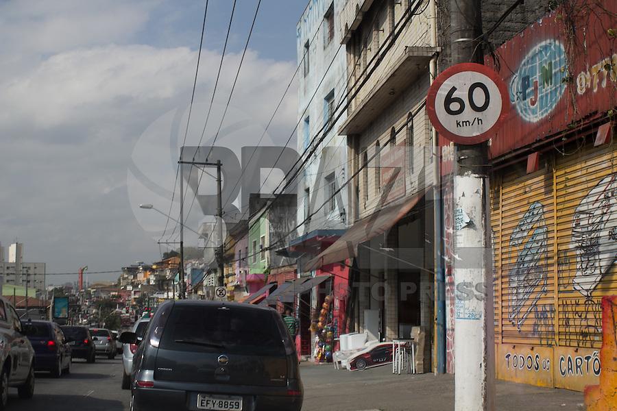 SAO PAULO, SP - 21.08.2015 - TR&Acirc;NSITO-SP - Novas placas de regulamenta&ccedil;&atilde;o de velocidade s&atilde;o implantadas em alguns pontos da estrada do M Boi Mirim na zona sul de S&atilde;o Paulo nesta sexta-feira, 21. A via ter&aacute; sua velocidade reduzida para 50km/h a partir de segunda-feira, dia 24 de agosto.<br /> (Foto: Fabricio Bomjardim / Brazil Photo Press)