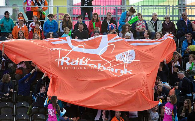 LONDEN -  Oranje shirt   vlag  tijdens  de wedstrijd tussen de dames van Nederland en Belgie bij  het Europees Kampioenschap hockey in Londen.  ANPKOEN SUYK