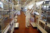 - Novara, stabilimento Pavesi (gruppo Barilla), linea di produzione dei biscotti Pavesini, reparto confezione<br /> <br /> - Novara, Pavesi plant (Barilla Group), production line of Pavesini biscuits, packaging department