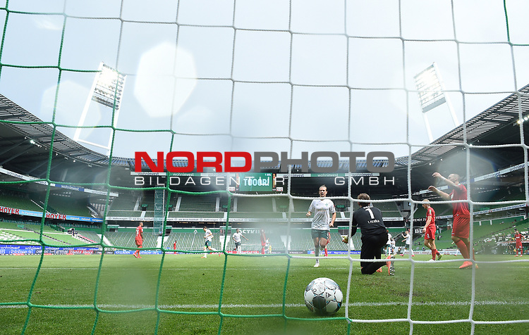 3:0 Tor v.l. Torschuetze Niclas Fuellkrug (Bremen), Torwart Timo Horn (Koeln), Sebastiaan Bornauw, Rafael Czichos im Wohninvest Weserstadion<br />