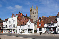 Grossbritannien, England, Kent, Tenterden: Kirche und Woolpack Hotel in der High Street | United Kingdom, England, Kent, Tenterden: View of church and High Street with Woolpack Hotel