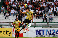 MANIZALES -COLOMBIA, 19-05-2013. Jorge Aguirre (D) del Once Caldas disputa el balón con Mauricio Casierra ( I) del Itagüi durante partido de la fecha 16 Liga Postobón 2013-1./ Jorge Aguirre (R ) of Once Caldas fights for the ball with Mauricio Casierra ( L ) of Itagüi during match of the 16th date of Postobon  League 2013-1. Photo: VizzorImage/JJ Bonilla/STR