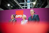 Berlin, Der SPD-Kanzlerkandidat Peer Steinbrück (v.r.) steht am Montag (13.05.13) in der Parteizentrale im Willy-Brandt-Haus bei einer Pressekonferenz neben den Mitgliedern seines Kompetenzteams, der Designforscherin Gesche Joost und dem Parlamentarischen Geschäftsführer der SPD-Bundestagsfraktion, Thomas Oppermann. Foto: Steffi Loos/CommonLens
