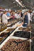 Europe/France/Provence-Alpes-Cote d'Azur/Alpes-Maritimes/Antibes: étal d'un marchand d'olives de provence sur le marché cours Massèna