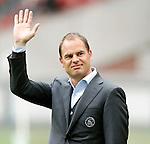 Nederland, Amsterdam, 15 april 2012.Eredivisie .Seizoen 2011-2012.Ajax-De Graafschap.Frank de Boer, trainer-coach van Ajax steekt zijn hand in de lucht