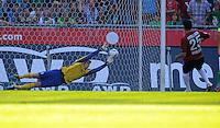 FUSSBALL   1. BUNDESLIGA   SAISON 2011/2012    8. SPIELTAG Hannover 96 - SV Werder Bremen                             02.10.2011 Torwart Sebastian MIELITZ (li, Bremen) kann den Elfmeter von Mohmed ABDELLAOUE (re, Hannover) zum 0:1 nicht halten