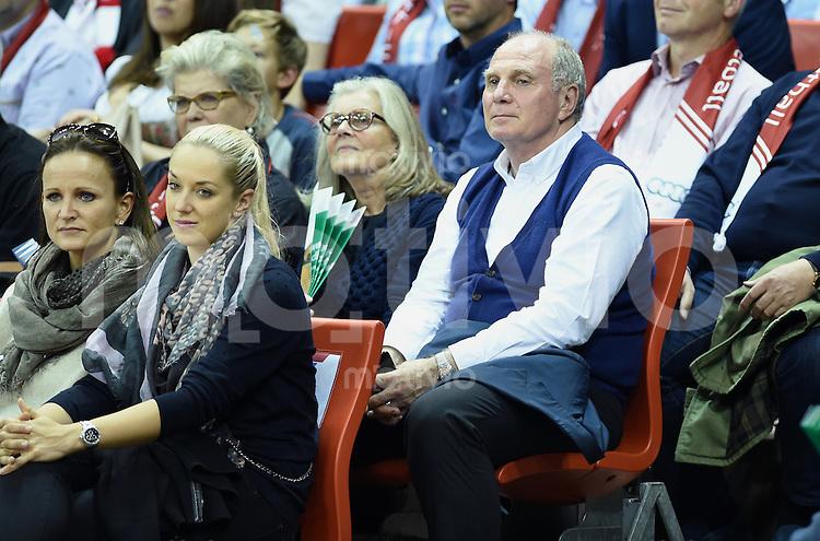 Basketball 1. Bundesliga 2015/2016  02.10.2015 1. Spieltag FC Bayern Muenchen - EWE Baskets Oldenburg Uli Hoeness (FC Bayern Muenchen) mit Ehefrau Susi, Tennsispielerin Sabine Lisicki und Karin Sammer (v.re) im Audi Dome