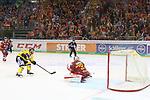 Krefelds DanielPietta (Nr.86)  bezwingt Duesseldorfs Goalie Mathias Niederberger (Nr.35)  zum 3:4-Endstand in Overtime beim Spiel in der DEL, Duesseldorfer EG (rot) - Krefeld Pinguine (gelb).<br /> <br /> Foto © PIX-Sportfotos *** Foto ist honorarpflichtig! *** Auf Anfrage in hoeherer Qualitaet/Aufloesung. Belegexemplar erbeten. Veroeffentlichung ausschliesslich fuer journalistisch-publizistische Zwecke. For editorial use only.