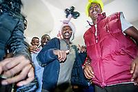 Como, luglio 2016, Concerto di solidarietà con il centinaio di profughi , compresi donne e bambini, provenienti da Eritrea, Etiopia, Ghana, nord africa,che  sono accampati nei giardini della stazione ferroviaria, in attesa di poter entrare in Svizzera. Numerosi i musicisti presenti, da Filippo Andreani ideatore dell'iniziativa, ai Sulutumana, Musica spiccia, Luca Ghielmetti e altri.