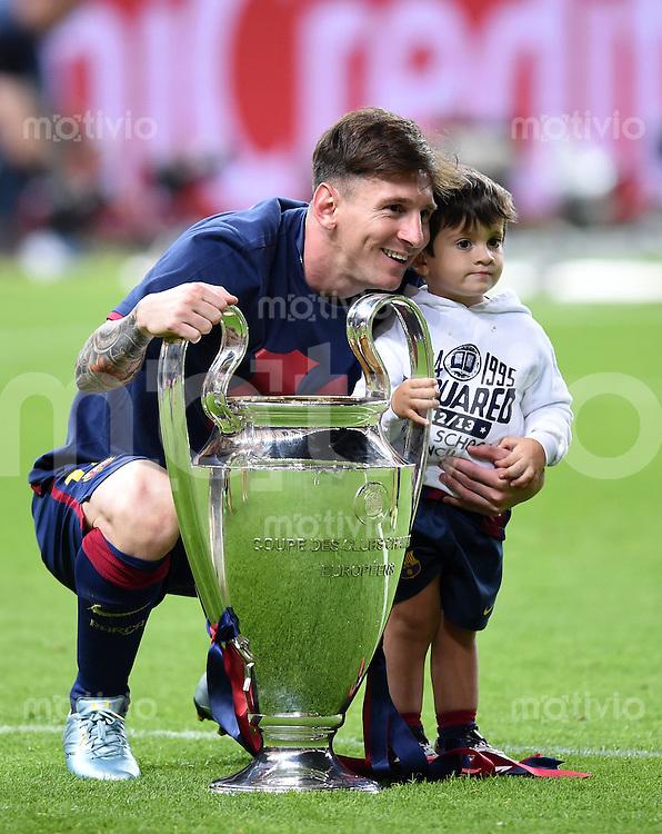 FUSSBALL  CHAMPIONS LEAGUE  FINALE  SAISON 2014/2015   Juventus Turin - FC Barcelona                 06.06.2015 Der FC Barcelona gewinnt die Champions League 2015: Lionel Messi posiert mit seinem Sohn Thiago mit dem Pokal