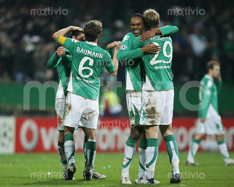 28.11.07 UEFA Champions League 2007/08 Gruppenphase SV Werder Bremen - Real Madrid Jubelnde Bremer: v.l.: Dusko TOSIC, Frank BAUMANN, NALDO und Per MERTESACKER (Werder).