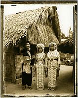 """Asie/Thaïlande/Env de Sukhothai : Village Hmong de """"Bane Keg Noi"""" -  Hmong devant leur maison"""