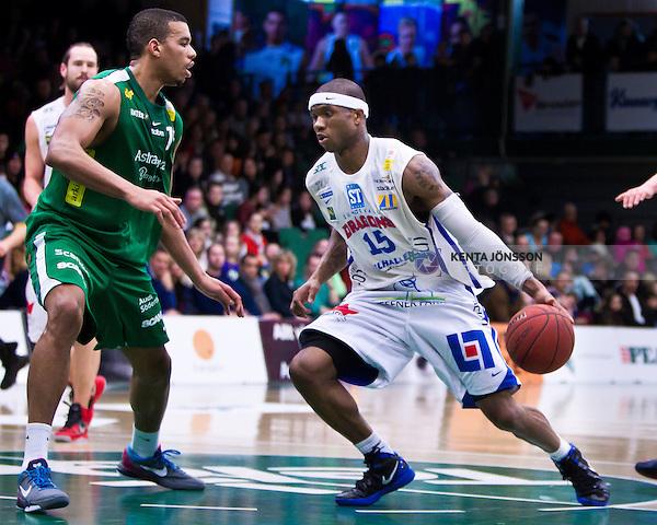 Södertälje 2013-02-23 Basket Basketligan , Södertälje Kings - Sundsvall Dragons :  .Sundsvall 15 Michael Cuffee i duell med Södertälje Kings 14 Kenneth Simms.(Byline: Foto: Kenta Jönsson) Nyckelord: