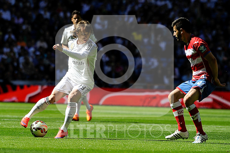 Real Madrid´s Luka Modric and Granada´s Francisco Rico during 2014-15 La Liga match between Real Madrid and Granada at Santiago Bernabeu stadium in Madrid, Spain. April 05, 2015. (ALTERPHOTOS/Luis Fernandez)
