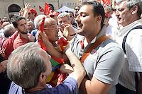 Roma, 27 giugno 2012.Piazza Montecitorio.Presidio CGIL contro il DDl Fornero sul lavoro..quando i militanti del sindacato di base USB e Cobas entrano nella piazza, il servizio d'ordine della CGIL cerca di respingerli fuori..