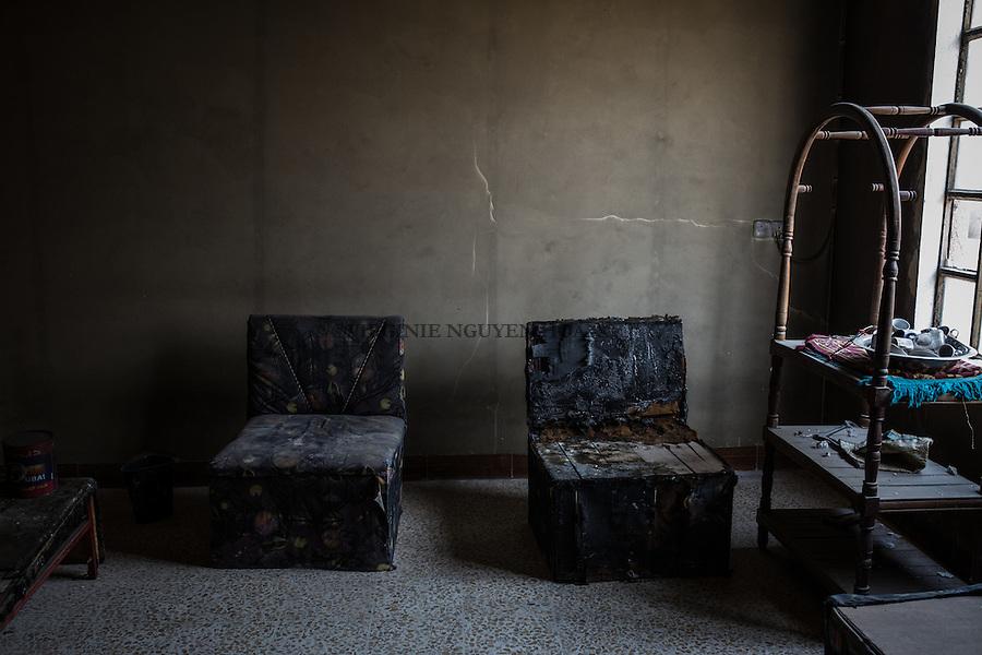 IRAK, Hammam-al Ali: Torture room of what used to be a prison of Daesh in a town situated around 30 km south of Mosul. Before being liberated from Daesh a month ago, inhabitants, mainly police members and official were emprisonned and tortured for days in different rooms of this house transformed to a prison, men as women, 13 December 2016. <br /> <br /> IRAK, Hammam-al Ali: Salle de torture &agrave; l'int&eacute;rieur de ce qui &eacute;tait autrefois une prison de Daesh dans une ville situ&eacute;e &agrave; environ 30 km au sud de Mossoul. Avant d'&ecirc;tre lib&eacute;r&eacute; de Daesh il y a un mois, des habitants, principalement des policiers et des officiels, ont &eacute;t&eacute; emprisonn&eacute;s et tortur&eacute;s pendant des jours dans diff&eacute;rentes pi&egrave;ces de cette maison transform&eacute;e en prison, hommes comme femmes, le 13 d&eacute;cembre 2016.