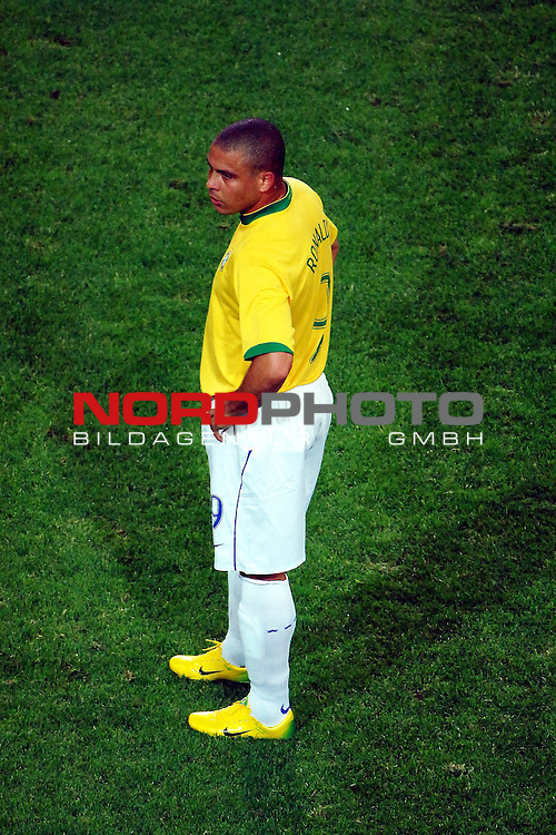 FIFA WM 2006 -  Gruppe F Vorrunde ( Group AF)  <br /> Play   #43 (22-Jun) - Japan vs Brasilien  1 - 4<br /> <br /> Goalgetter Ronaldo on the green.<br /> <br /> Foto &copy; nordphoto
